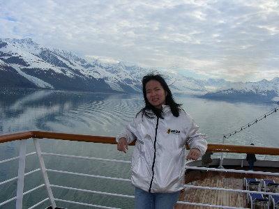 阿拉斯加郵輪上,背景是峽灣(外套是2000中山資管作的)
